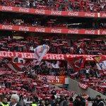 """73 """"Tu és o nosso Rei, Eusébio"""" em alto e bom som nas bancadas do Estádio do #SLBenfica! http://t.co/Bg1uH3uaOD"""