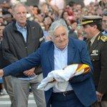 Fervor por tocar al Pepe. Un momento de la despedida de Mujica. Video. http://t.co/4cWeSHfN9t http://t.co/fieHoGr0lH