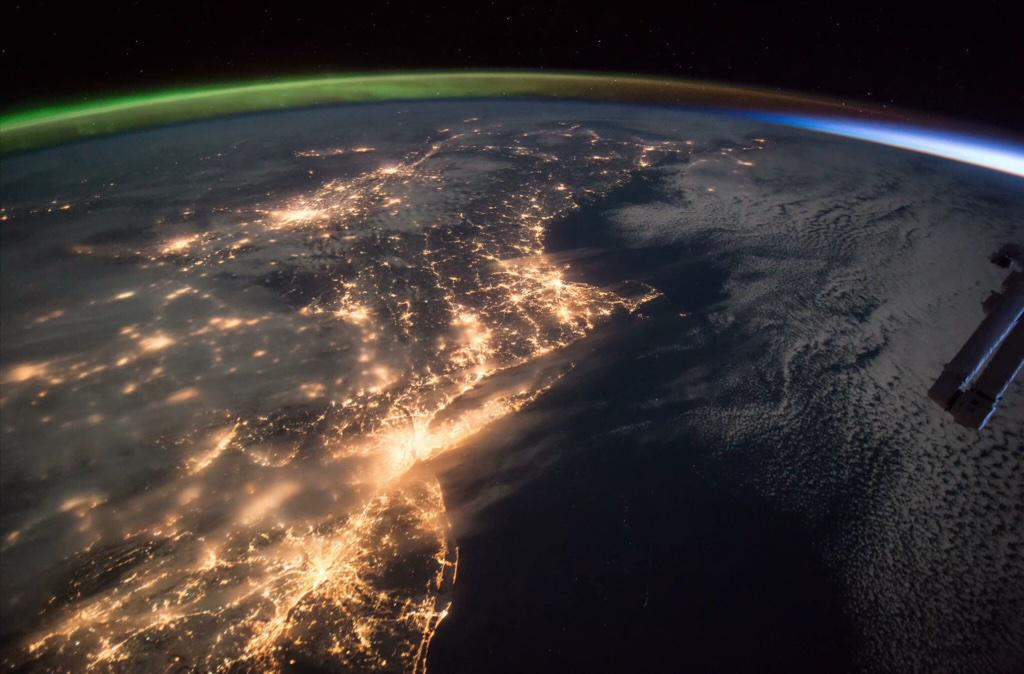 Stunning @NASA pic from 11th Jan shows; - New York City lights - Aurora Borealis (top left) - Sunrise (top right) http://t.co/G3Hl3eXpa9