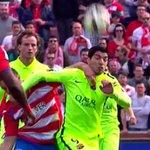 Suárez se salvó de la roja por este manotazo-codazo. Vio la amarilla. http://t.co/e8omcEtZrd