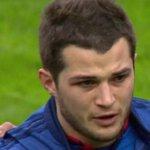 Un joueur du XV de France (@BriceDulin) en larmes sur la Marseillaise. http://t.co/PVJfTgutfg http://t.co/7hnSYIT6xg
