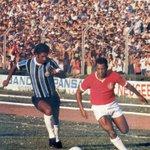 Claudiomiro em GreNal disputado nos anos 70. http://t.co/SM9B75iS6M