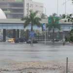 #downtownmiami is flooded. Cars are stranded everywhere. Wow!! #miami #flood #traffic http://t.co/uIrtiQ89Hx