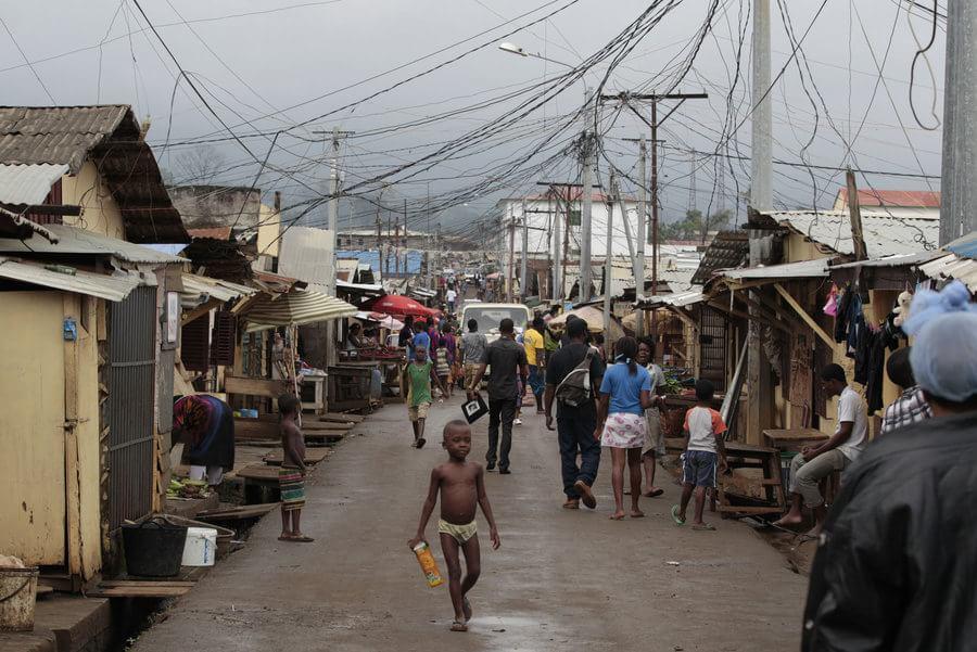 """Na Guiné Equatorial, 20% da população não passa dos 5 anos de idade, mas """"deram"""" 10 milhões para #BeijaFlorNaGlobo https://t.co/Jiewz9BB6p"""