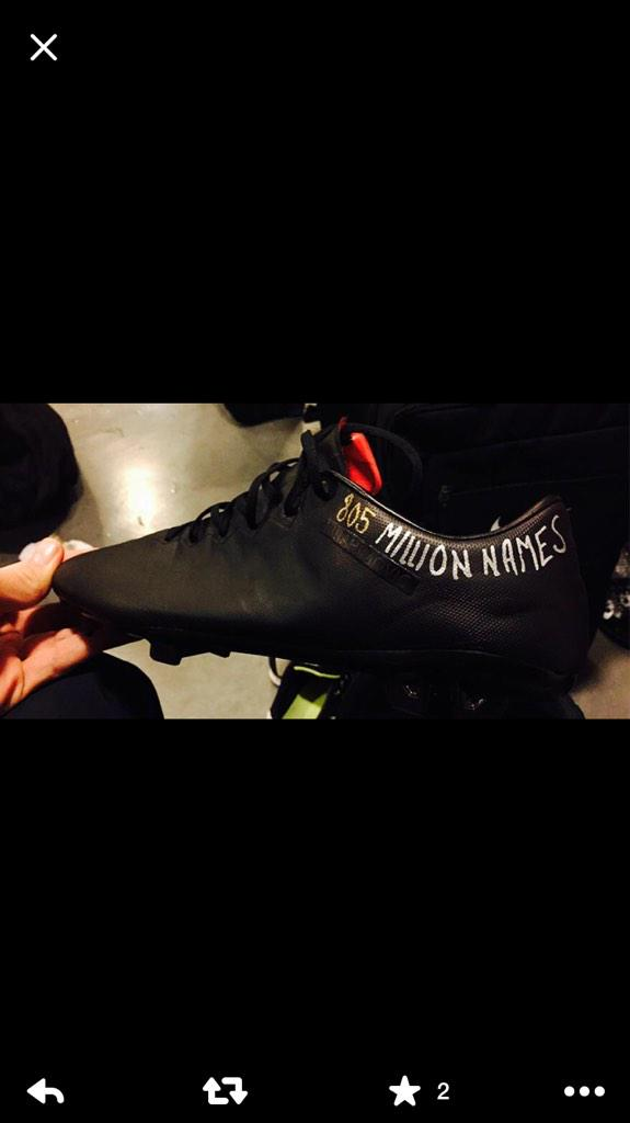 Zlatan with new shoes tonight #805millionnames #ExpressenLive http://t.co/gqe8xlYMZ3