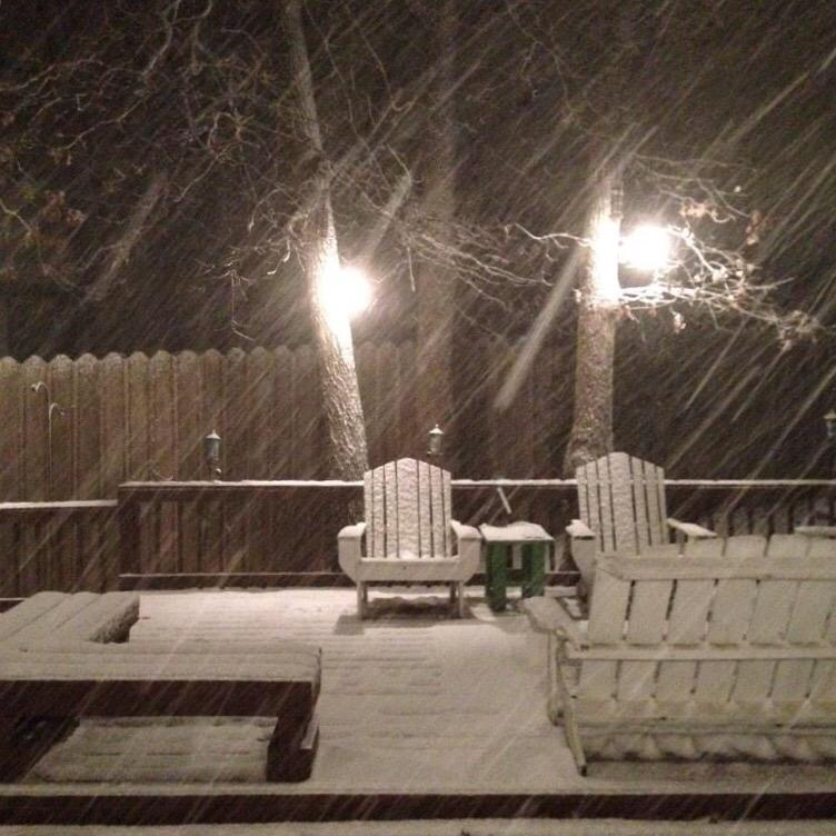 RT @KARK4News: PIC: Snow is falling as of 7:30pm in Fayetteville! (via @NBrookThomas) #arwx http://t.co/pUioSGjYZy
