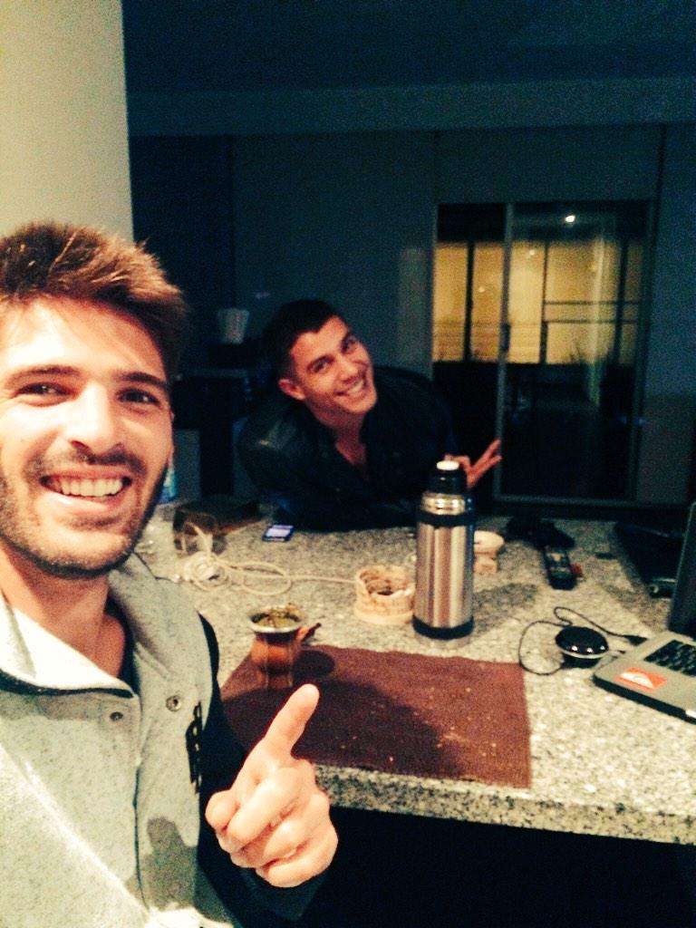 Ramiro Tomasini (@RamiroTomasini): Un amigo vino a casa a ver @AsiEnElBarrio lo conocen!? #quenivelisabel #asienelbarriocomoenelcielo  #AsiEnElBarrio http://t.co/04epG7LmWG