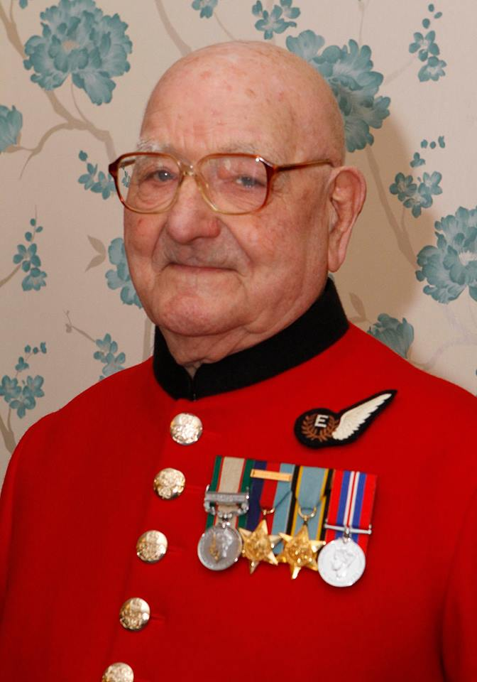 Happy 100th Birthday! to Chelsea Pensioner Peter Carrie @RHChelsea - let get a 100 RT'sat least! http://t.co/nfVOyzMtYh