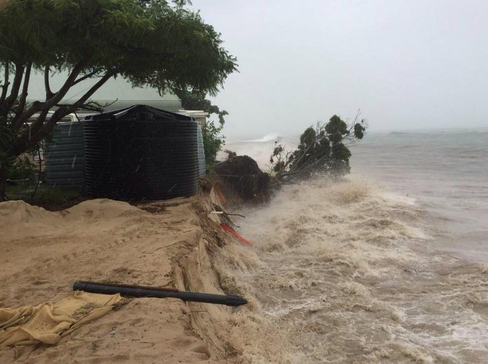 JUST IN: Buildings on Great Keppel Island breaking up into the sea as ground erodes. @JennaHudson9 #TCMarcia #9News http://t.co/HI7Pdm8y69