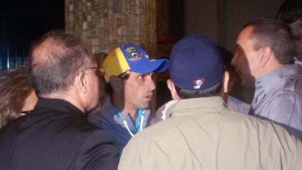 @hcapriles ya se encuentra en el SEBIN exigiendo la liberación inmediata de @alcaldeledezma http://t.co/kMQIVAtW5E