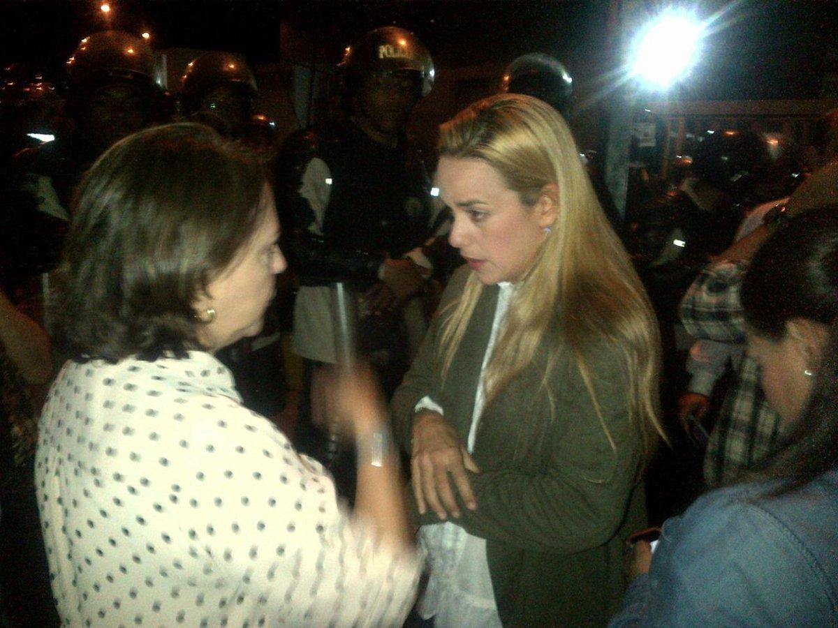 Aquí estamos en el sebin de Plaza Venezuela apoyando a la esposa de @alcaldeledezma y @liliantintori http://t.co/6c1UsaayUF