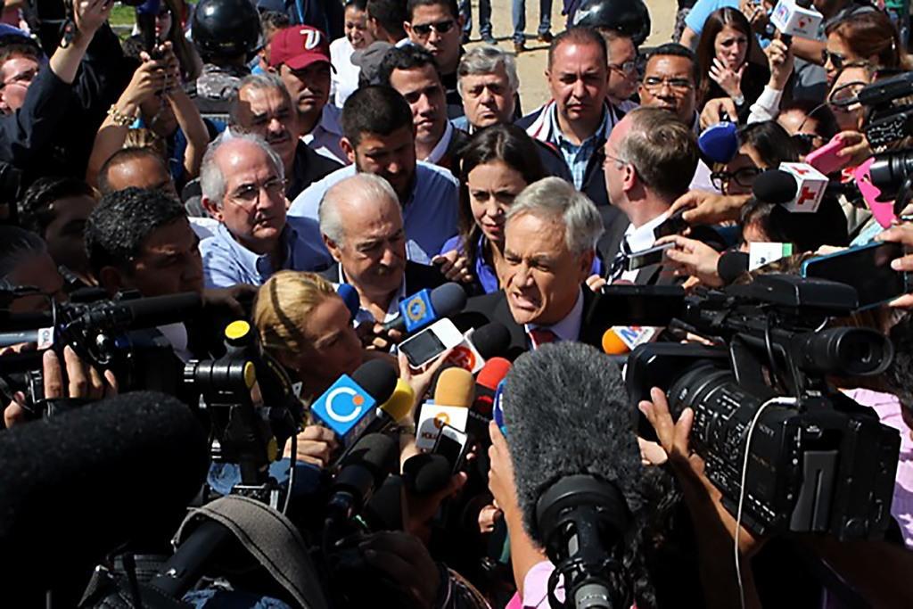 """Piñera condena """"brutal detención"""" de alcalde de Caracas y pide intervención de Chile http://t.co/RfwZ6RB9DL http://t.co/hPF5c1iQWy"""
