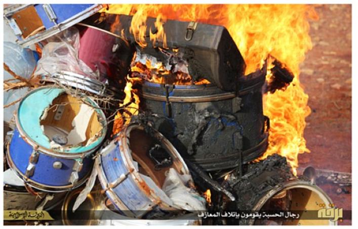 ISIS brule des tambours considérés comme instruments non islamiques (Daily Mail) http://t.co/s0IzP5Xd7q http://t.co/OwoML6veXd