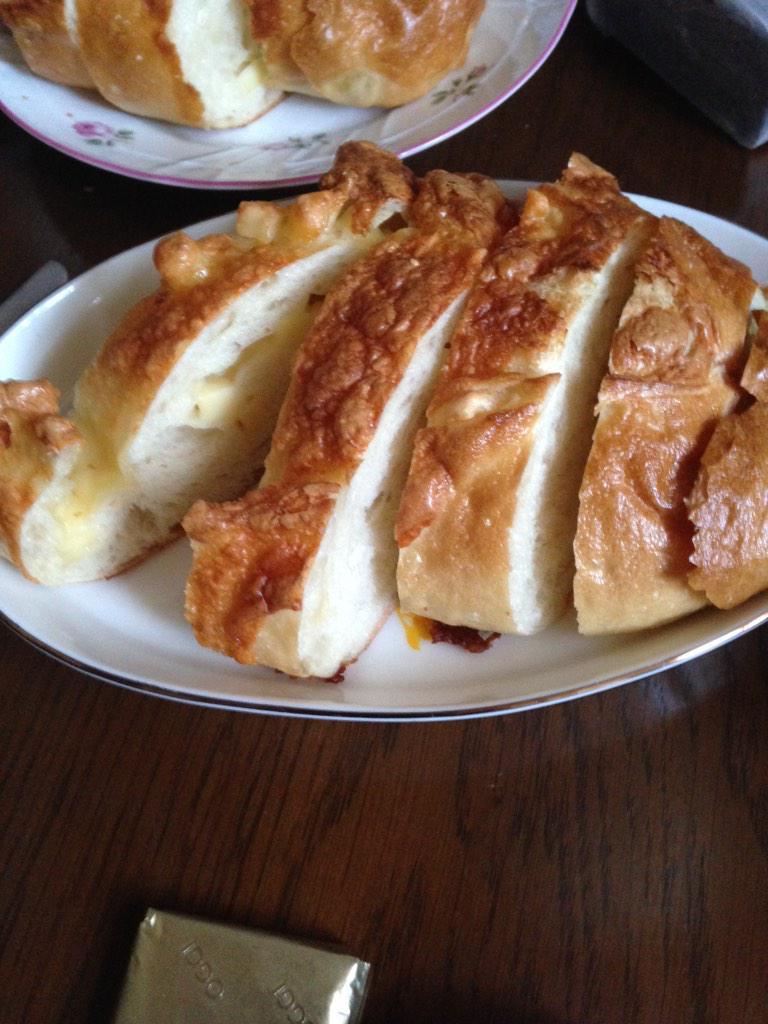 パンはサンジェルマンのチーズフランス。サラダはピクルス瓶に入り切らなかった胡瓜とカリフラワー。マヨネーズにお醤油を垂らして混ぜたものをつけて。 http://t.co/SW6nXbUdA0