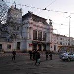 Celý prostor před hlavním nádražím v Brně uzavřen. Veškerá hromadná doprava je přesměrována. #bomba #Brno http://t.co/XpBCFhsPeP