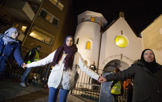over 1,000 Muslims made a human shield around Oslo's synagogue today in solidarity with #Jews http://t.co/nW9Y2QWynX http://t.co/T0AVJ79SX6