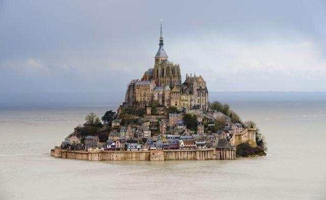 Encore une image, des grandes marées autour du Mt St Michel, tellement belle que je la partage. http://t.co/94JSqyldKl