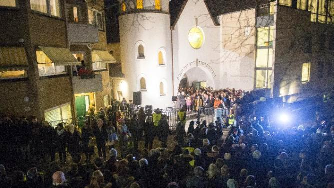 1300 Muslims link hands in Ring of Peace around Jewish synagogue in Oslo. This deserves RT, not ISIS atrocities. http://t.co/ALqB6m0cFd