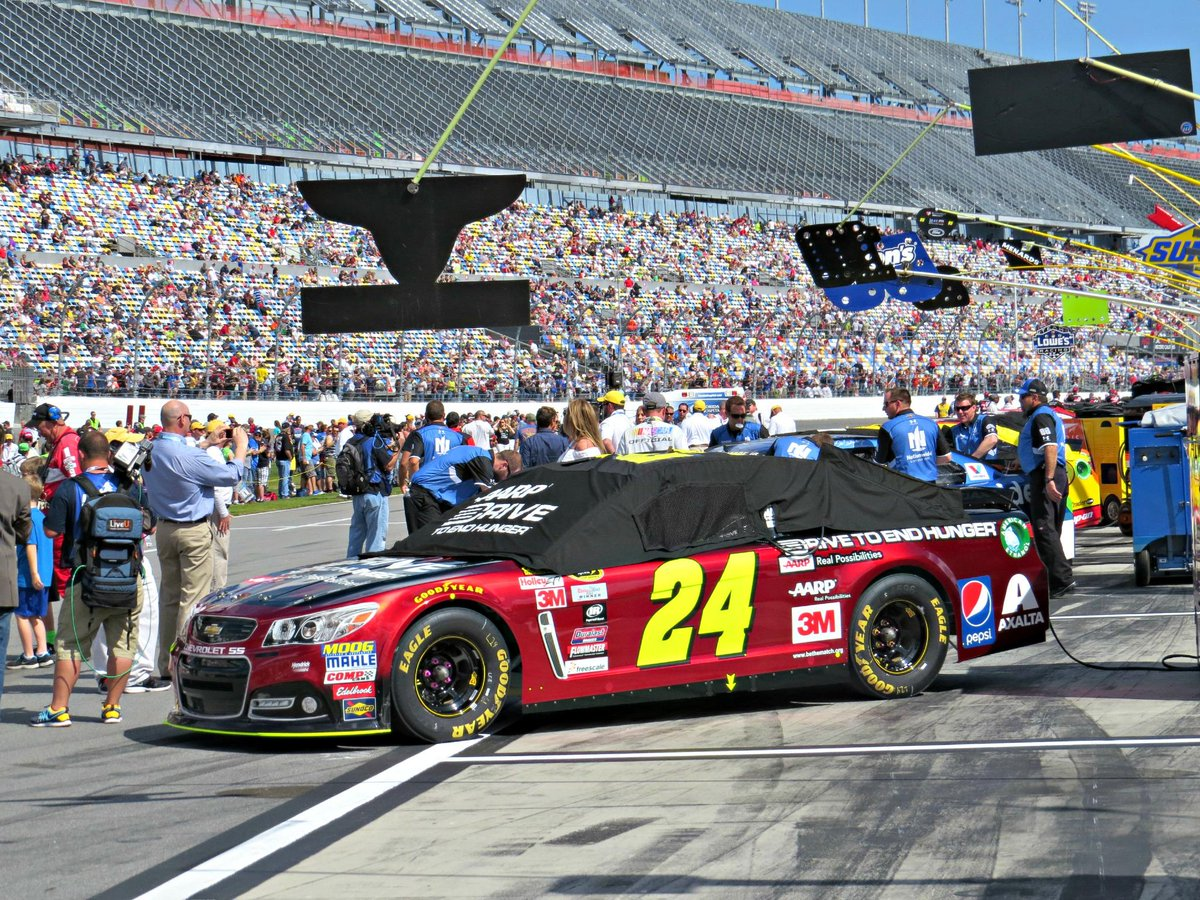 For the final time, Jeff Gordon's #Team24 ride sits on pit road prior to a Daytona 500: http://t.co/bn3u2dg0z0