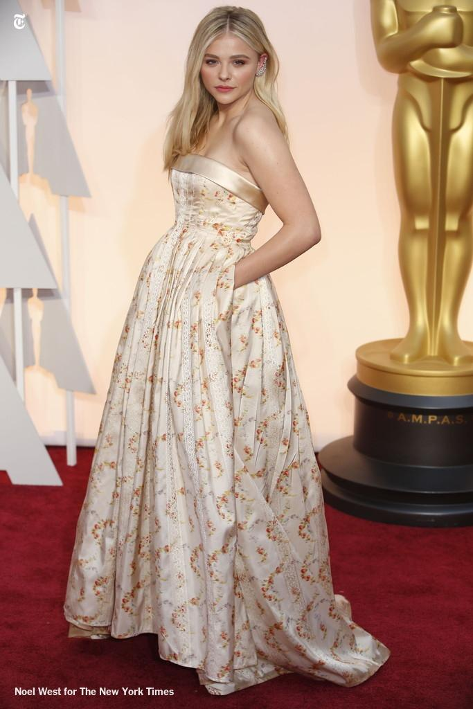 Best-dressed contender, because pockets: @chloegmoretz in @MiuMiuOfficial #Oscars2015 http://t.co/r4lEiKBN34