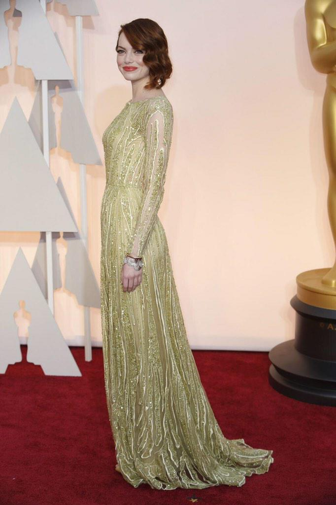 Slightly underwhelmed by this #EmmaStone #OscarsRedCarpet look.
