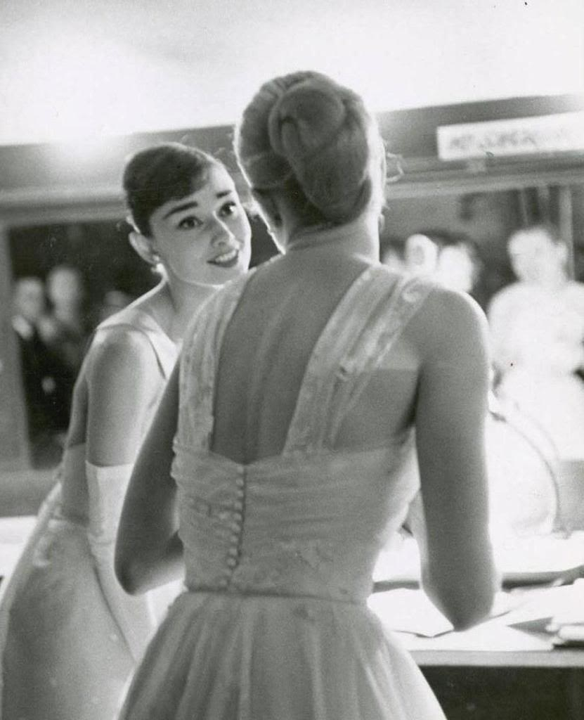 Photos: Audrey Hepburn and Grace Kelly backstage at the 28th Academy Awards in 1956 #Oscars - http://t.co/AuGupMBk3B
