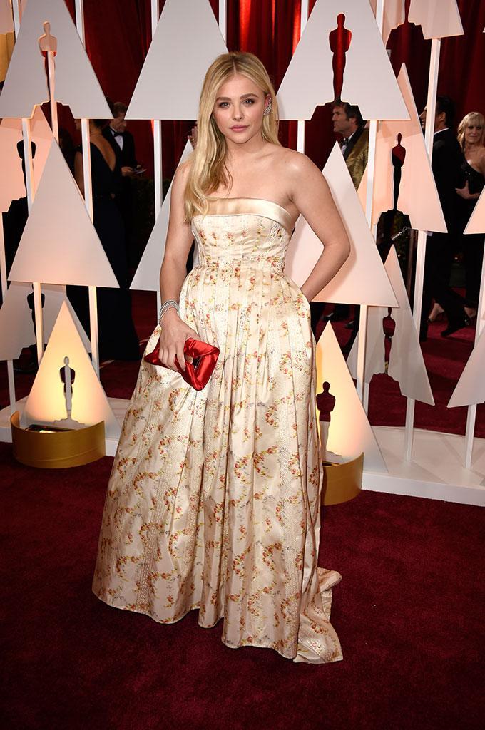 Color champán (que no 'nude'), el elegido de @ChloeGMoretz (de @MIUMIUofficial) http://t.co/z4lLOu5Gfk #Oscars2015 http://t.co/kOCN61JXqW