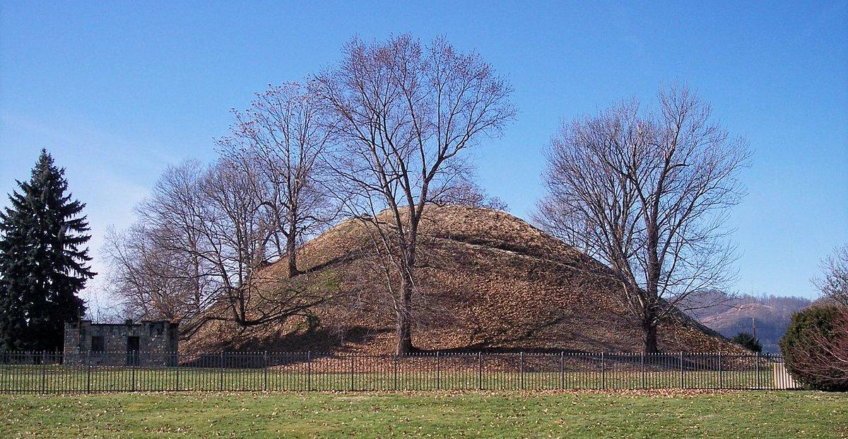 오늘 온 미국인 로렌에게 대릉원에 가보라고 했는데 미국에서 많이 보던 무덤이 보였단다. 인디언들 무덤도 신라 왕릉처럼 높다면서 검색해서 찾아주기까지 했다. 내가 찍은 봉황대와 너무 비슷하지 않은가. -_- http://t.co/0qreDVCTjz