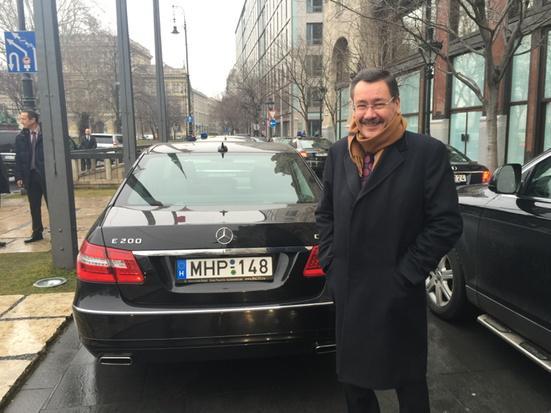Budapeşte'de Melih Gökçek'e anlamlı karşılama:) http://t.co/BBrv7FWiFP