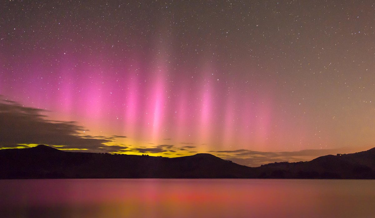 11:08pm Hoopers Inlet @Lovedunedin the instant the #AuroraAustralis flashed into life last night! #Aurora http://t.co/hK73JayCN3