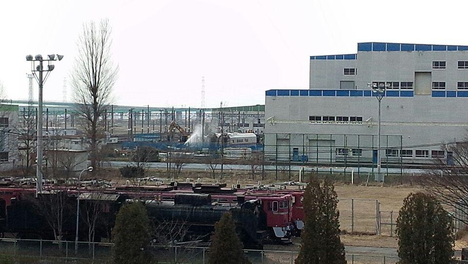 E926-3か13と見られる車両がE3系L52編成11-13号車と共に解体線入り http://t.co/q4uW0JTURW
