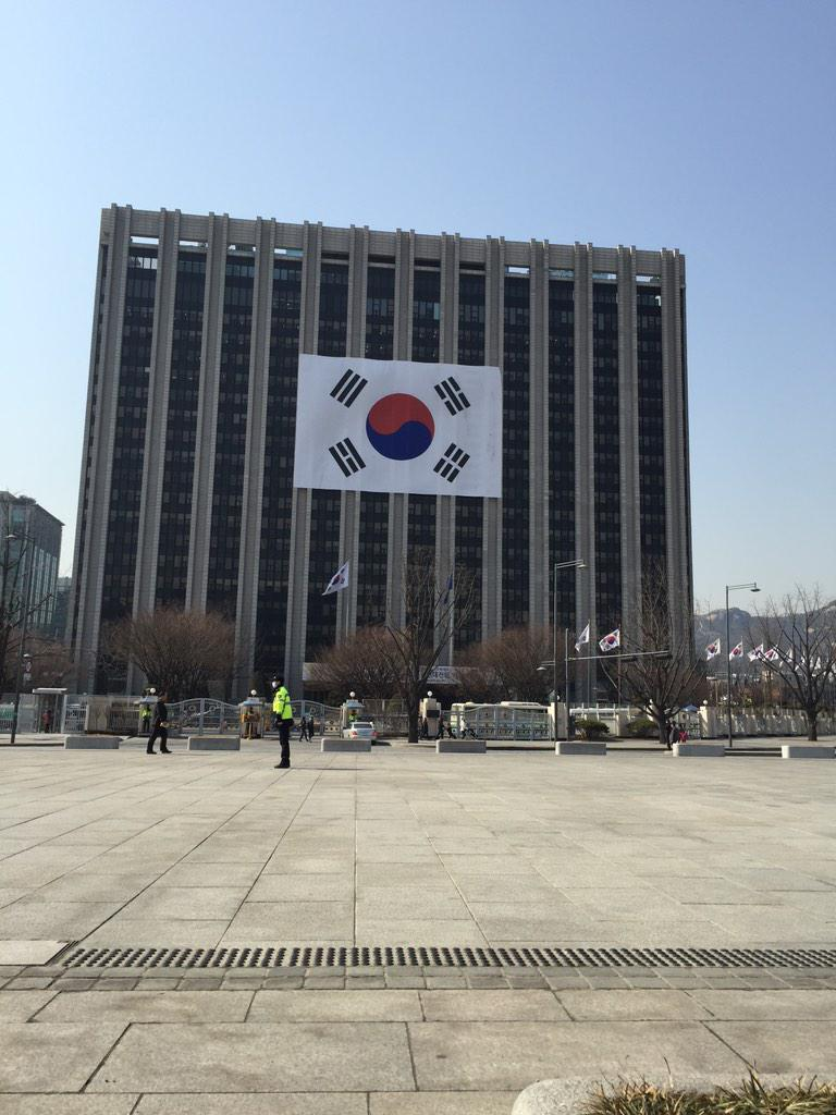 오늘 무슨 날인가요? 태극기 온 빌딩에.. 쩝 설마 박근혜 대통령의 말한마디에? 설마겠죠? http://t.co/3CbNxWdlVK