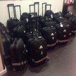 De tassen staan klaar in ArenA. De spelersbus brengt de #Ajax-selectie zo richting het vliegtuig. #legaja