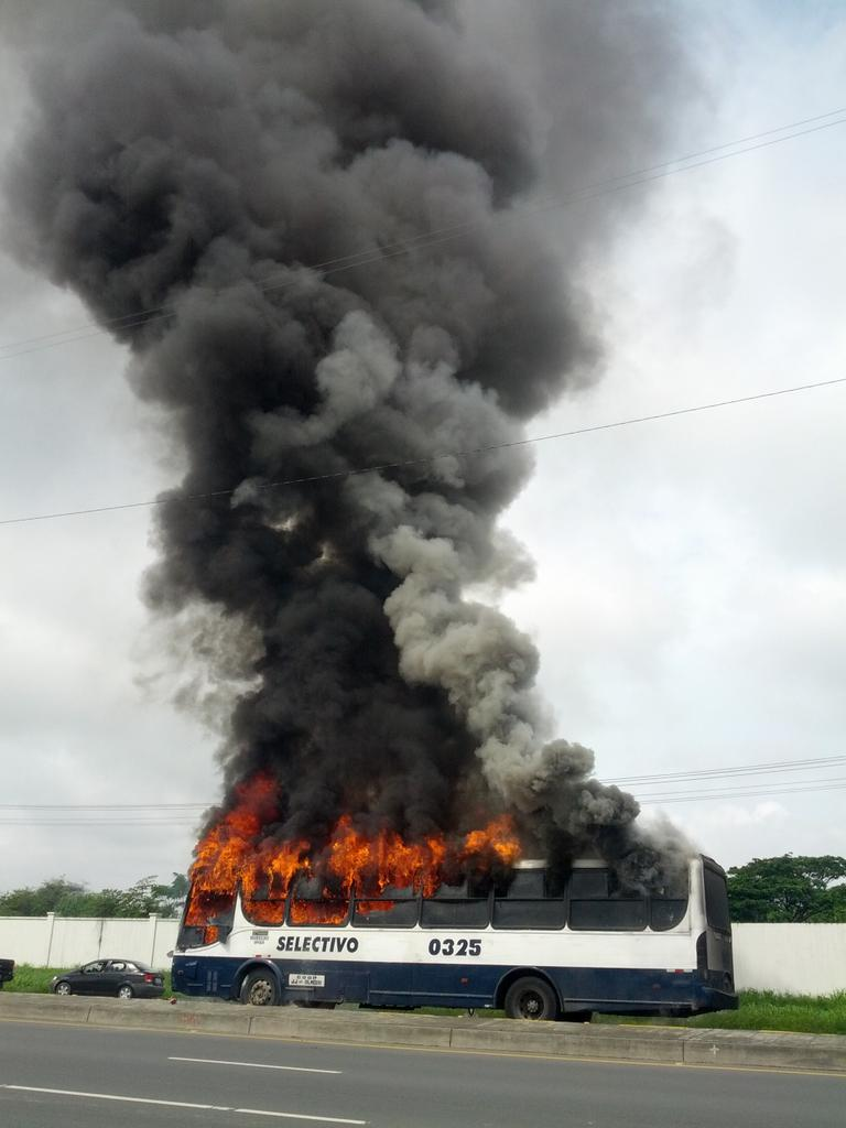 Se incendia Bus en Vía  Sambo @eluniversocom  @ecuavisa http://t.co/WShHET8agF
