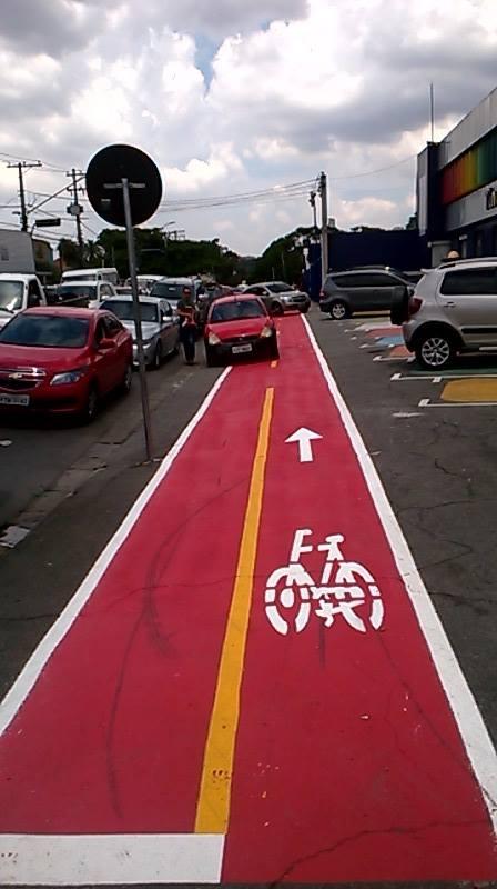 Estacionamento de um lado e rua do outro. E o pedestre, por onde passa? http://t.co/MtdHNInBKc