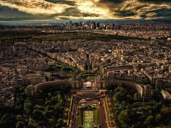 This is what Paris looks like from the Eiffel Tower. http://t.co/gS7GgQTrrI