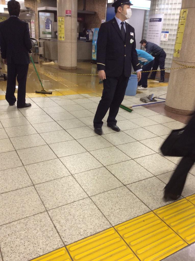 【速報】茅場町駅の改札が漏水で糞まみれ