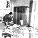 Guillermo Cano buscando documentos entre los escombros, tras el incendio a @elespectador por los conservadores 1952 http://t.co/XnZvPQ9l1L