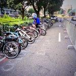 Aquí estacioné la bicicleta en la que vine al foro. Costo: cero Pesos. Desde la economía,la bicicleta tiene ventajas. http://t.co/uOH6bFySVM