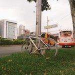 Esta es la bicicleta que hay en frente de la Clínica de las Vegas. Rinde homenaje a Daniel Osorio P. #TwitterCrónica http://t.co/esH4wwQBT0