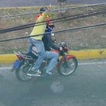 NO OLVIDAR El criminal que empuña el arma en la foto es un hampón con carta blanca del oficialismo en #Venezuela http://t.co/SrP6st5Bqs