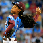 RT @NBCSports: MoNe Davis will throw out the first pitch before Game 4 of the World Series. http://t.co/9UKj0YxMFI http://t.co/GBMlEjrxHx