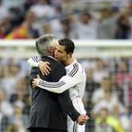 ¡El abrazo del éxito!. El Míster Ancelotti y Cristiano Ronaldo, después del triunfo en el Clásico. Foto: AFP http://t.co/jYJmev1rm8