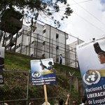 """RT @2012Realista: Lilian Tintori denuncia que autoridades de Ramo Verde trasladarán a López a otro penal http://t.co/vYWq3c3JRo http://t.co/5d7vFxOiIM"""""""