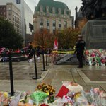 RT @HannahThibedeau: 2 Ottawa police w automatic weapons on either side of guard at the National War Memorial #ottawashooting #cdnpoli #hw http://t.co/EncwIn99Vn