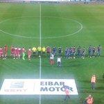 Los equipos, formados en el campo. A punto ee empeza el Eibar-Granada en Ipurua. Aupa Eibar!!! http://t.co/UJhfbAALIQ