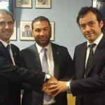 Como cada partido haciendo entrega del escudo damasquinado esta vez al @GranadaCdeF con Miguel de los Toyos http://t.co/3KAwB88LQG