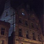 Police finally got to the last floor, flash lights from the windows. #Edinburgh incident. http://t.co/dWRbvLlaln