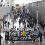 Manifestación #25Oct en Aeropuerto dela Ciudad de México exigiendo a @EPN a los #43ConVidaYa #2daLLamadaEPNrenuncia http://t.co/oWUN2yHzfN