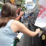 Em Belo Horizonte, militantes de Aécio vão às ruas e atacam carros de petistas http://t.co/5NErfEEBfF http://t.co/eT6c7oDbeO